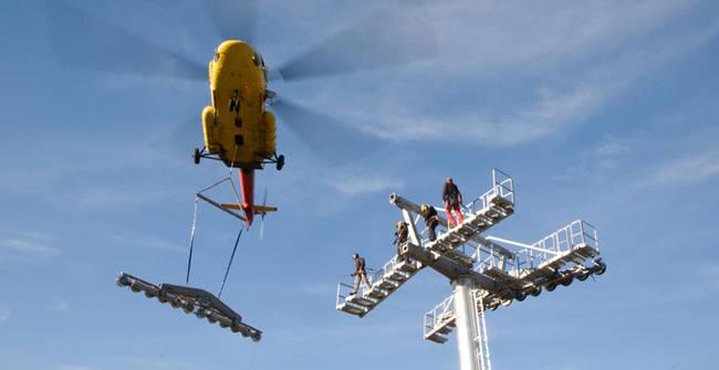 montaje pylonas con helicóptero